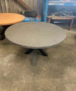 Beton tafel met matrixpoot rond 140 cm